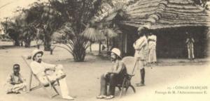 Un administrateur colonial français en tournée dans un avant-poste au Congo, en 1905. Domaine public Wikimedia Commons