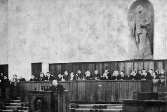 Devant les délégués abasourdis Khrouchtchev au XXe Congrès