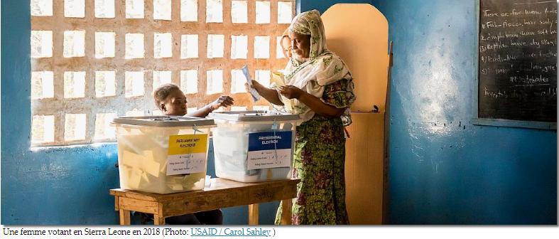 Une femme votant en Sierra Leone en 2018