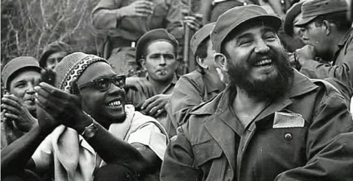 Fidel Castro a soutenu l'indépendance de nombreux pays africains comme ici la Guinée-Bissau d'Amílcar Cabral
