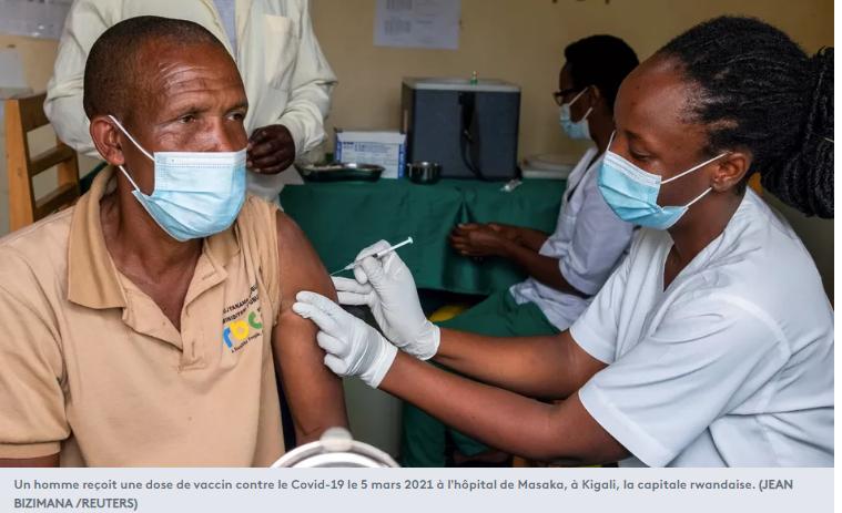 Un homme reçoit une dose de vaccin contre le Covid-19 le 5 mars 2021 à l'hôpital de Masaka, à Kigali