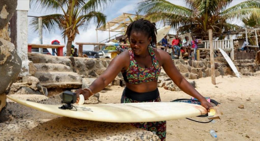 Kadjou la surfeuse sénégalaise